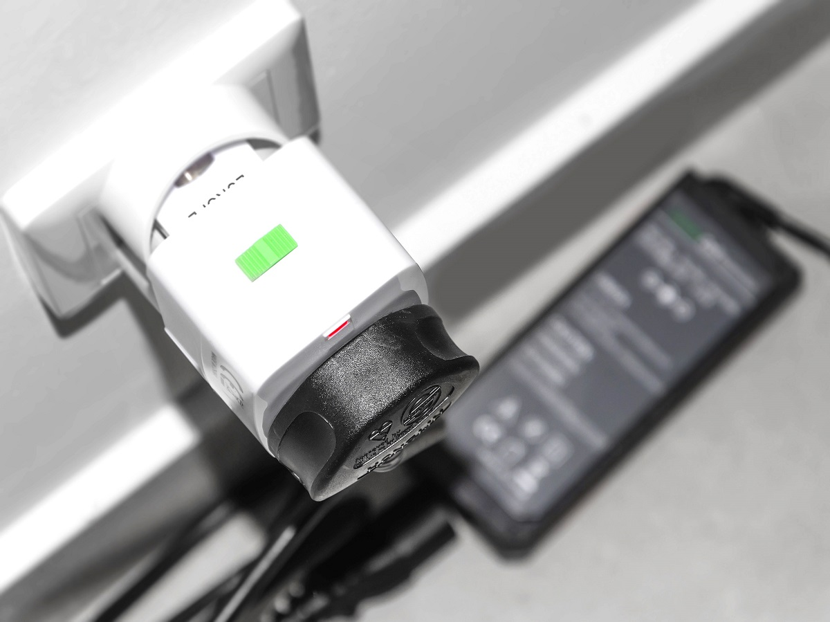 Przejściówka do gniazdka elektrycznego w użyciu